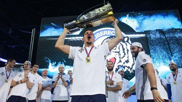 Oslavy titulu v liberecké Home Credit areně. Na snímku s pohárem Branko Radivojevič.