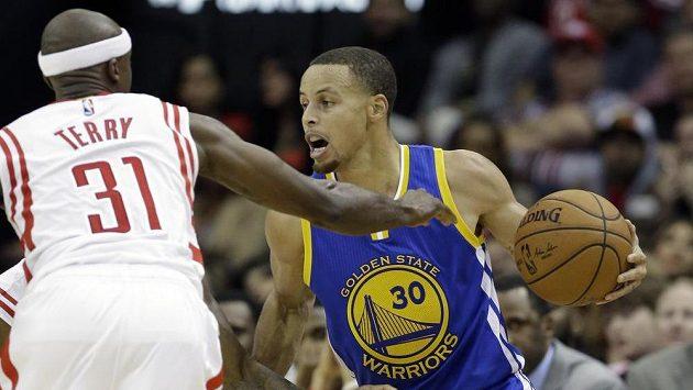 Stephen Curry (vpravo) dotáhl Warriors k výhře na palubovce Houstonu.