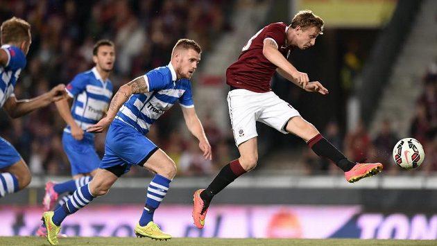 Záložník Ladislav Krejčí střílí první gól Sparty v odvetném utkání play off Evropské ligy proti Zwolle.
