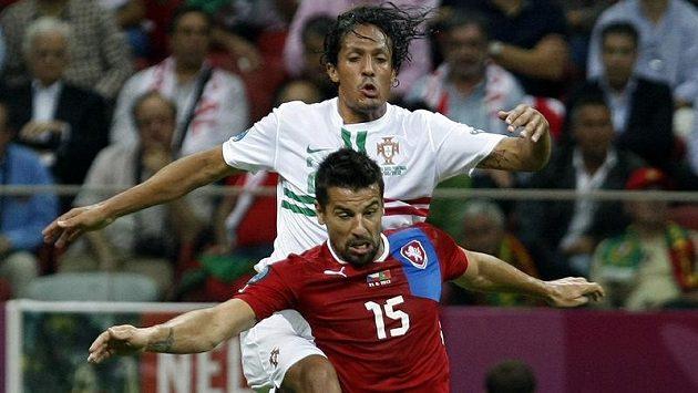 Milan Baroš v přetahované o míč s portugalským stoperem Brunem Alvesem - archivní snímek.