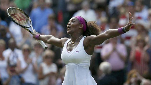Serena Williamsová oslavuje vítězství nad Victorií Azarenkovou a postup do finále Wimbledonu.