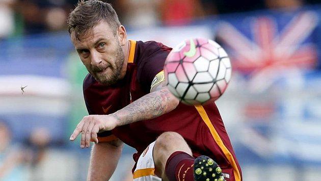 Daniele De Rossi z AS Řím střílí v ligovém utkání proti celku Hellas Verona.