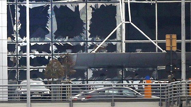Vyražená okna po explozi na letišti v Bruselu.