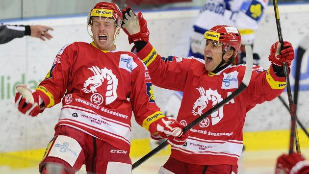 Martin Adamský (vlevo) a Jiří Polanský z Třince se radují z gólu.