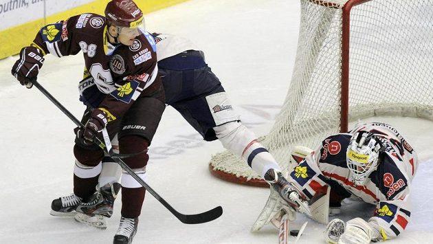 Zleva Miroslav Forman ze Sparty a brankář Chomutova Martin Růžička ve 28. kole hokejové extraligy.