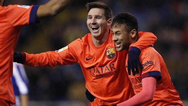 Fotbalisté Barcelony Lionel Messi a Neymar (vpravo) slaví hattrick argentinského útočníka na půdě La Coruni.