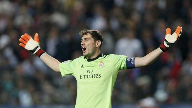 Gólman Realu Madrid Real Iker Casillas má nakročeno do Paris St. Germain.