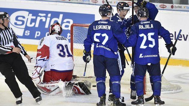 Finové se radují po jednom z gólů, který v Brně zaznamenali proti českému brankáři Jakubu Kovářovi.