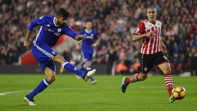 Diego Costa z Chelsea dává gól Southamptonu.