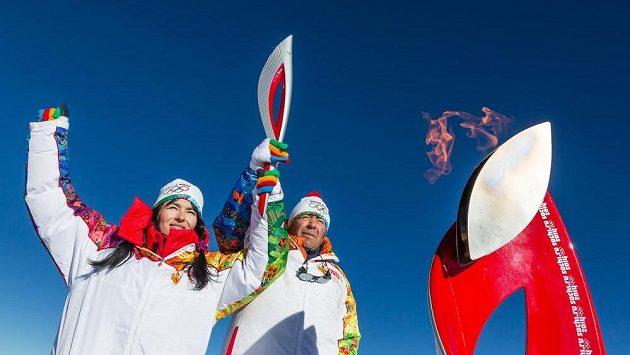 Olympijský oheň na vrcholu Elbrusu.