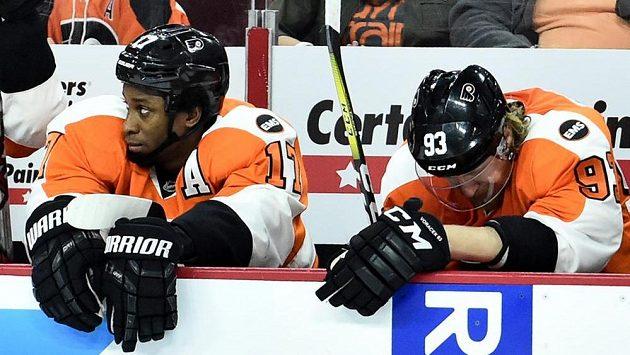 Smutní hokejisté Philadelphie během třetí třetiny zápasu s Washingtonem. Vpravo je útočník Jakub Voráček, vlevo další forvard Wayne Simmonds.