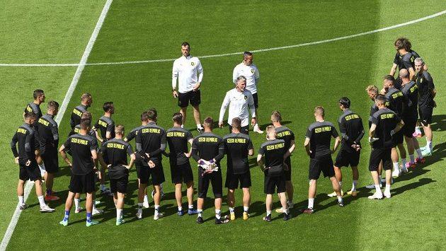 Trenér Jaroslav Šilhavý promlouvá k týmu během tréninku v Hampden Parku v Glasgow.