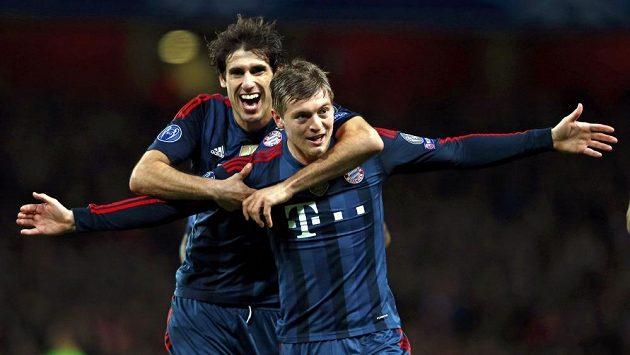 Toni Kroos (vpravo) jásá, ke gólu mu přispěchal gratulovat Javi Martínez.