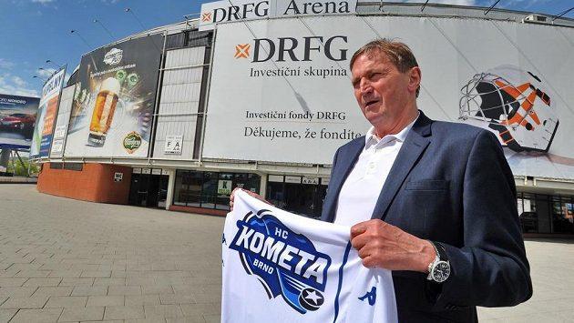 Trenér Alois Hadamczik s dresem klubu, s nímž podepsal smlouvu.