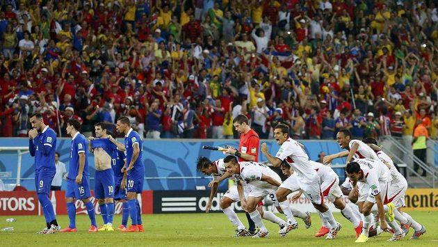 Kapitán řeckých fotbalistů Jorgos Karagunis (třetí zleva) smutně sleduje, jak obránce Michael Umaňa (není na snímku) posílá Kostariku do čtvrtfinále MS.