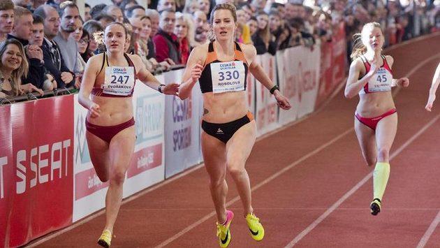 Denisa Rosolová si běží pro mistrovský titul na dvoustovce, vlevo stříbrná Barbora Dvořáková, vpravo Kateřina Vávrová.