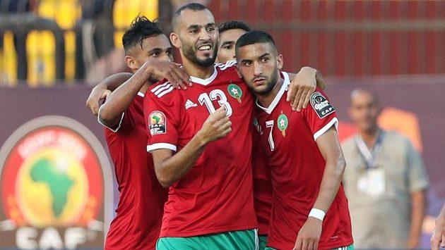 Radost marockých fotbalistů po gólu v síti Namibie.