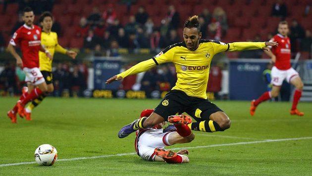 Pierre Emerick Aubameyang z Borussie Dortmund bojuje s obranou Mohuče.