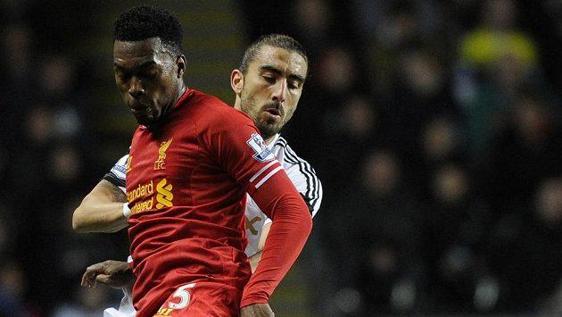 Hráč Swansea City Chico Flores (v bílém) v souboji s útočníkem Liverpoolu Danielem Sturridgem.