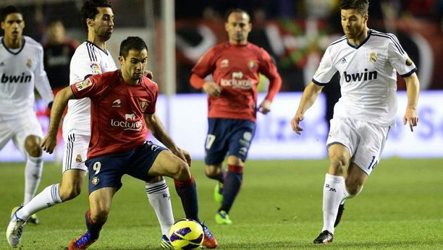 Xabi Alonso z Realu Madrid (vpravo) se snaží zastavit Emiliano Armenterose z Osasuny.