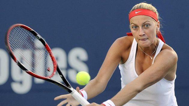 Petra Kvitová při čtvrtfinále v New Havenu s Polkou Agnieszkou Radwaňskou.