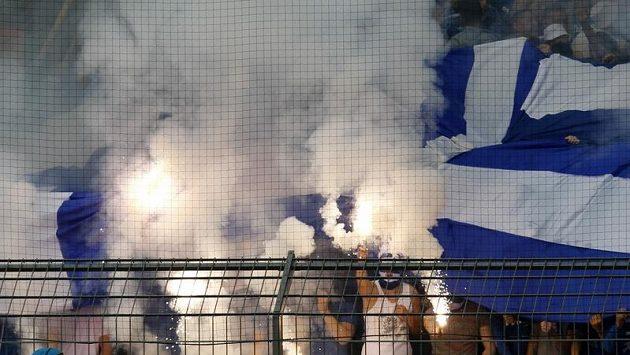 Násilnosti začaly, když fanoušci Schalke zapálili světlice.