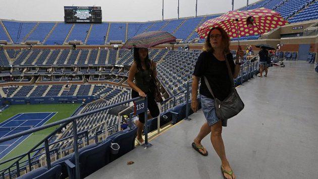 Prší. Diváci na US Open opouštějí kurt Arthura Ashe.