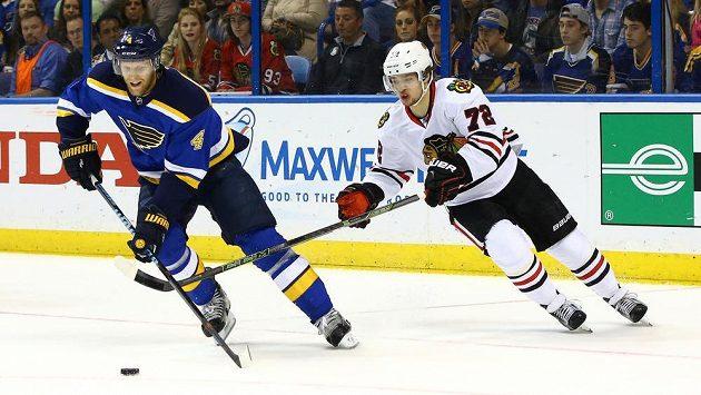 Artěmij Panarin z Chicaga (vpravo) je jedním z kandidátů na Calder Trophy pro nejlepšího nováčka NHL. Vlevo obránce St. Louis Carl Gunnarsson.