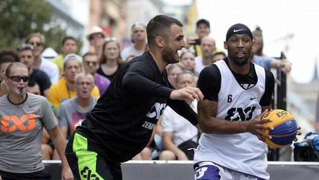 Zleva Marko Dugošija ze Zemunu a Antoinne Morgano z NY Harlem na turnaji Světové série v basketbalu 3x3 v Praze.