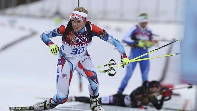 Gabriela Soukalová odjíždí ze střelnice při vytrvalostním závodě v Soči.
