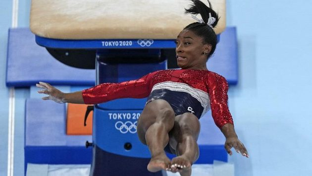 Američanka Simone Bilesová při přeskoku.