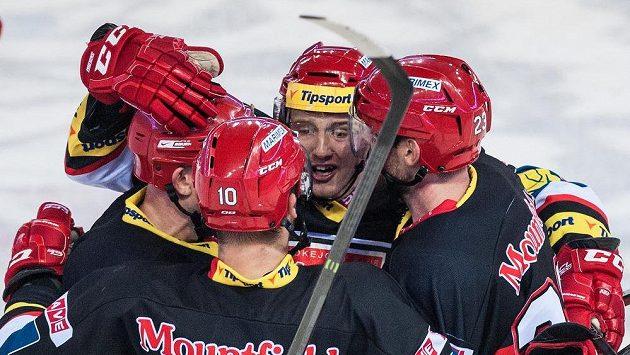 Hokejisté Hradce Králové se radují z branky v utkání proti Liberci.