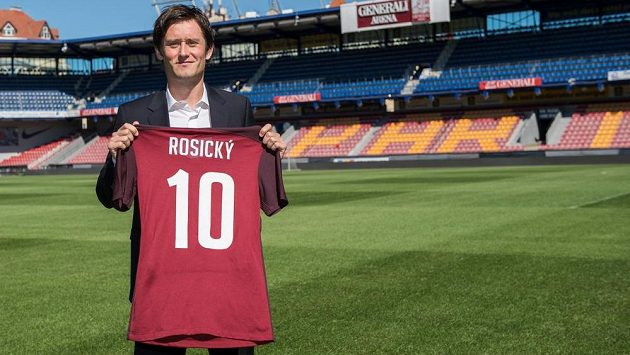 Záložník Tomáš Rosický se vrací na Letnou, kde zapózoval s dresem.
