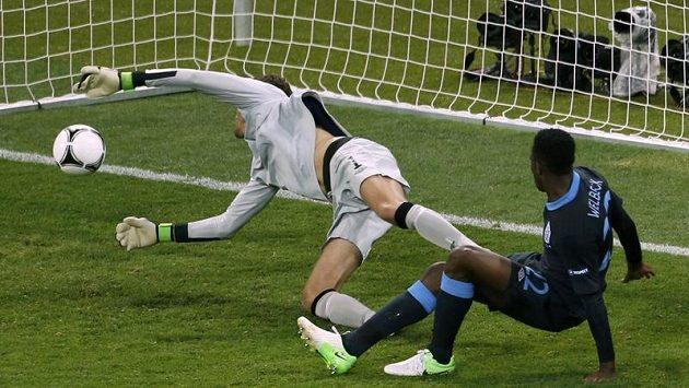 Angličan Danny Welbeck (vpravo) střílí gól do švédské sítě během evropského šampionátu.