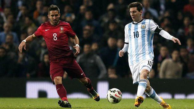 Argentinec Messi (vpravo) se na svého spoluhráče Agüera těsí.