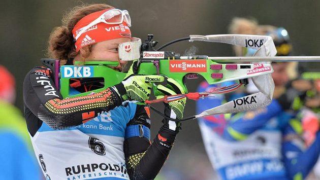 Německá bitlonistka Laura Dahlmeierová na střelnici v závodu SP v Ruhpoldingu.