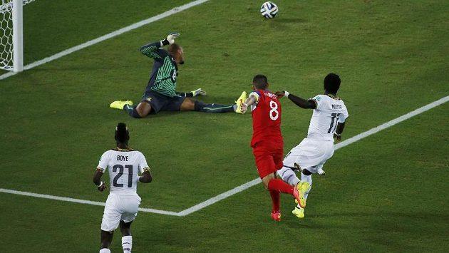 Americký útočník Clint Dempsey (v červeném dresu) překonává ghanského brankáře Adama Kwaraseye (vzadu).