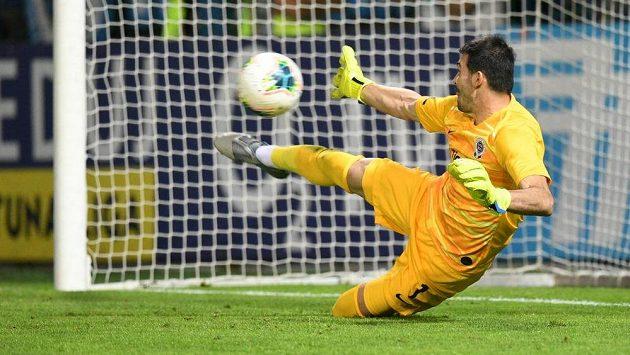 Sparťanský gólman Nita inkasuje gól z penalty.