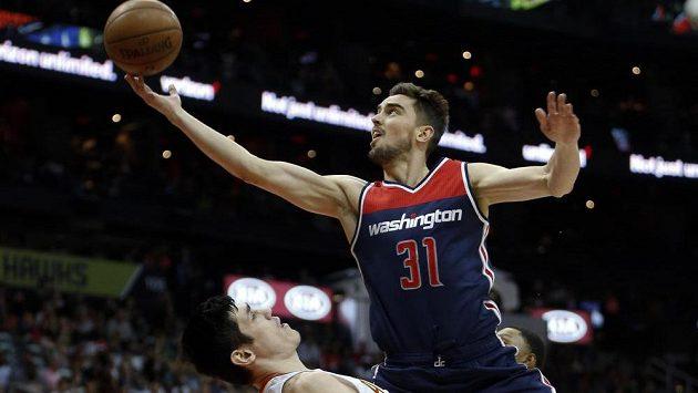 Český basketbalista Tomáš Satoranský se dostal na palubovku v dresu Washingtonu Wizards až na závěrečných dvanáct sekund.