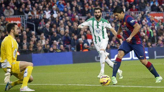 Útočník Barcelony Luis Suárez (vpravo) střílí gól brankáři Cordoby Juanu Carlosovi.