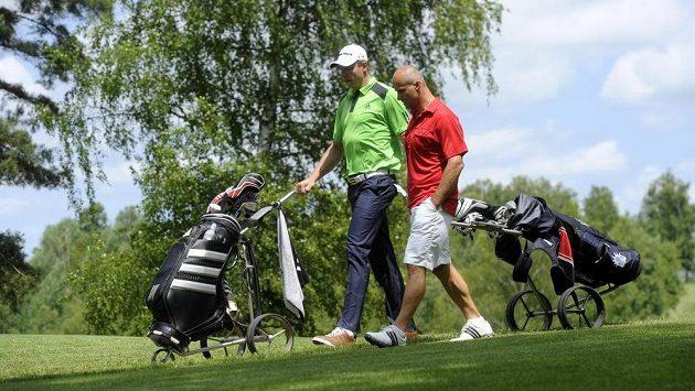 Házenkář Filip Jícha (vlevo) a hokejista Martin Straka podpořili 21. června svou účastí charitativní golfový turnaj v Dýšině u Plzně.