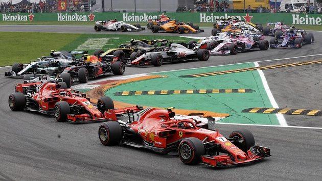 Fin Kimi Räikkönen v čele Velké ceny Itálie.