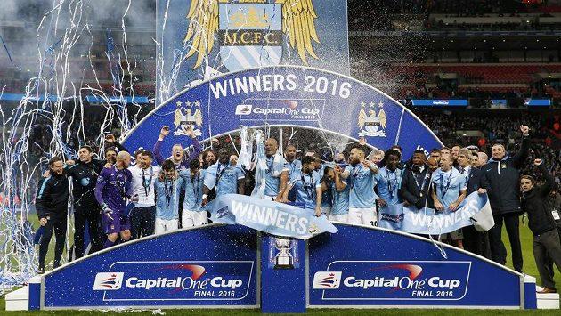 Fotbalisté Manchesteru City slaví ve Wembley zisk anglického Ligového poháru.