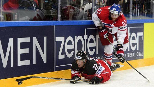 Obránce Kanady Tyson Barrie (vlevo) a český útočník Jakub Voráček bojují o kotouč.