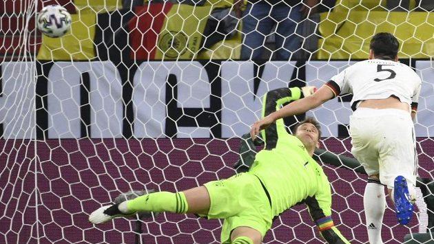 Míč po nešťastném zásahu Matse Hummelse (vpravo) směřuje nezadržitelně do německé sítě, brankář Manuel Neuer neměl šanci zasáhnout.