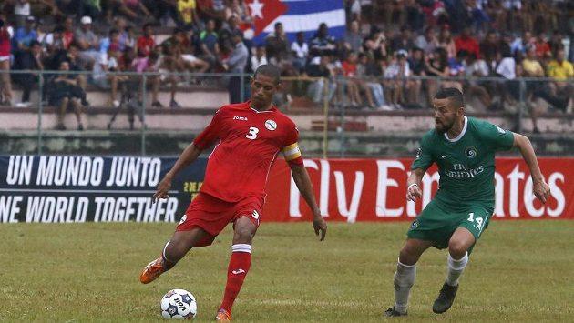 Danny Szetela (vpravo) z New York Cosmos a Kubánec Yenier Marquez při přátelském utkání v Havaně.