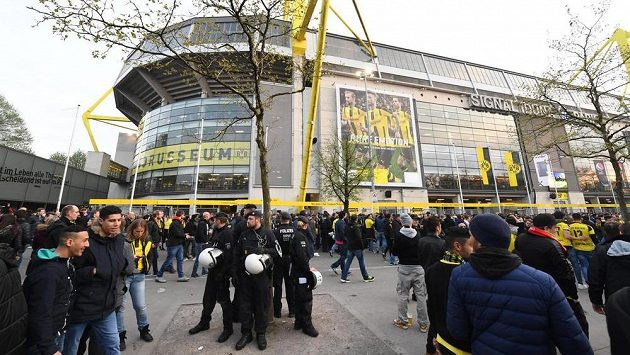 Policisté hlídkovali před zápasem Ligy mistrů u dortmundského stadiónu.