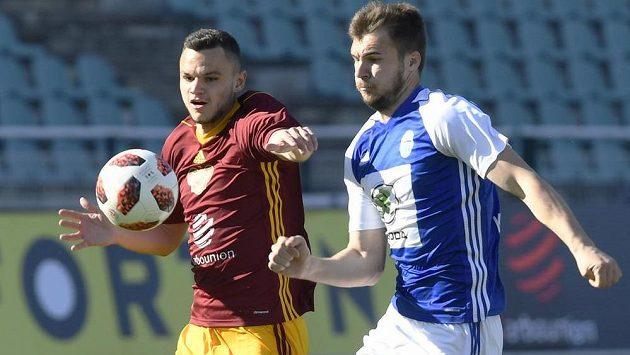 Běžecký souboj v podání Daniela Součka z Dukly a Nikolaje Komličenka z Mladé Boleslavi během utkání první ligy.