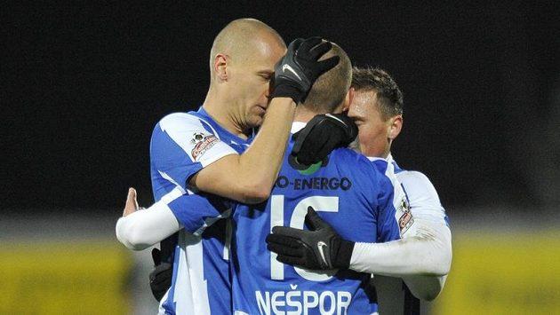 Martin Nešpor (uprostřed) se raduje se spoluhráči z Mladé Boleslavi z branky.