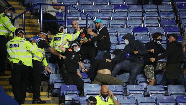 """Střet policistů a fanoušků Neapole, po konci duelu Evropské ligy v Leicesteru bylo v ochozech """"rušno""""."""
